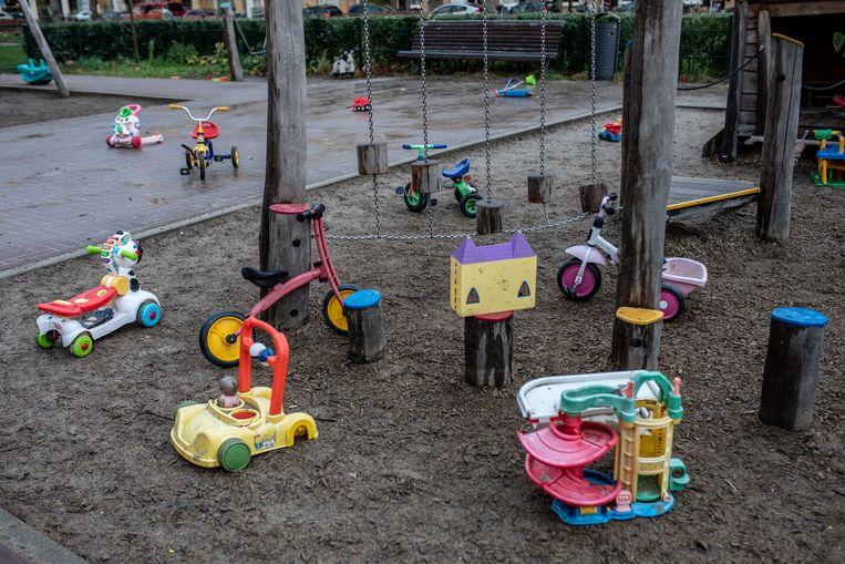 Om speeltuinen geschikter te maken voor gehandicapte kinderen kan bijvoorbeeld zand vervangen worden door een verharde ondergrond of kunstgras waar rolstoelen overheen kunnen rijden.  Beeld Nosh Neneh