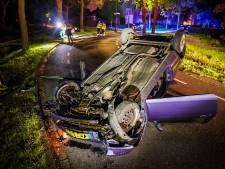 Auto belandt op z'n kop bij ongeluk in Nuenen: vrouw wonder boven wonder ongedeerd