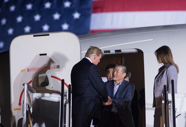 Donald Trump afgelopen nacht bij de aankomst van de vrijgelaten gevangenen.  Beeld AFP