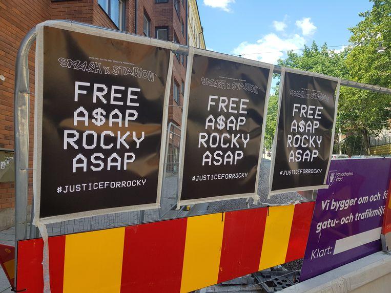 Posters waarop de vrijlating van ASAP Rocky wordt geëist, vlakbij de Zweedse gevangenis waar hij vastzit Beeld REUTERS