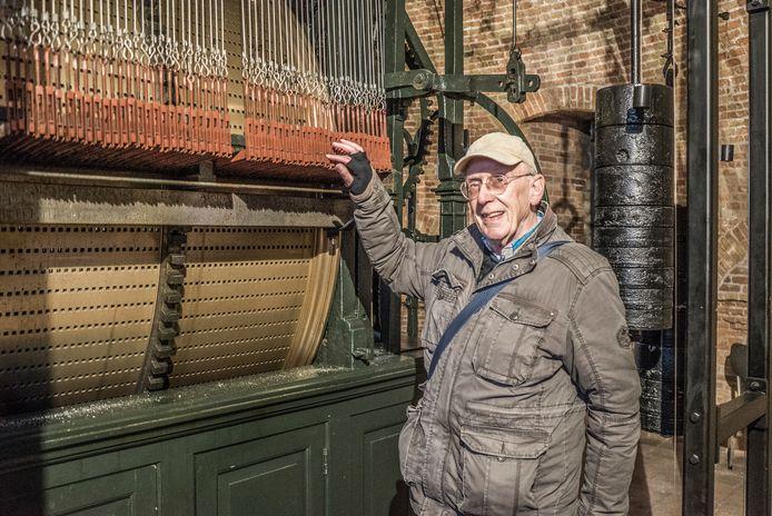 Stadsbeiaardier Henk Groeneweg bij de speeltrommel van de Nieuwe Kerk op de Markt in Delft