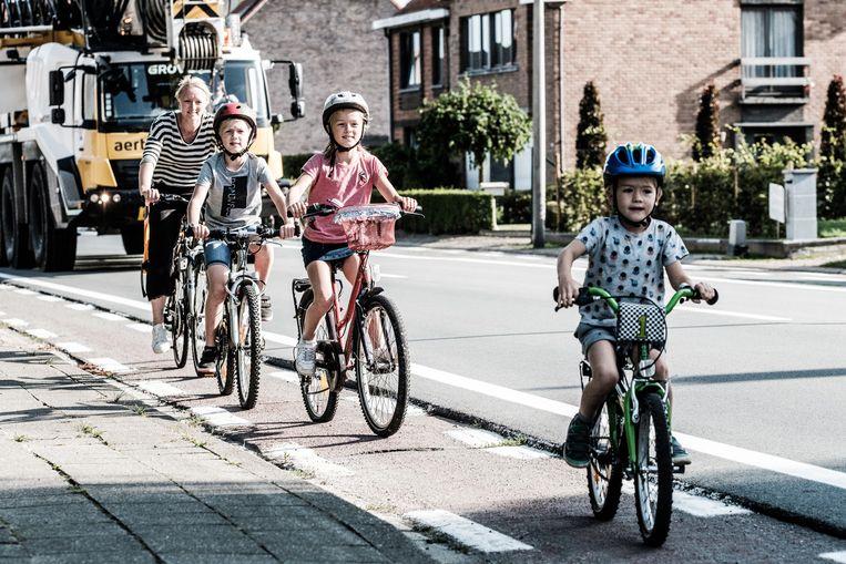 De route naar school die de kinderen van An Verdonck moeten afleggen in Sint-Pauwels, loopt langs een drukke en slecht onderhouden gewestweg  Beeld bob van mol