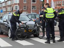 Mercedes schept fietsster op zebrapad Zuiderparklaan