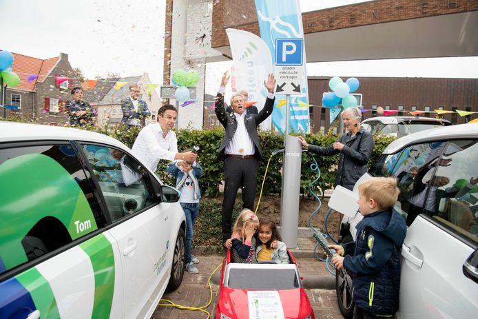 Overijssels gedeputeerde Annemieke Traag en wethouder Jan Uitslag van Dalfsen openen de eerste van 4500 nieuwe laadpalen in Overijssel en Gelderland.