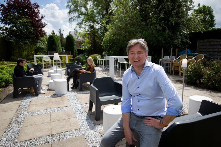 Paul Snoeys op zijn terras van de Gulden Coppe. Beeld Photo News