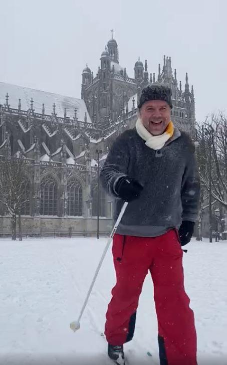 Henk van Pelt heeft de latten onder zijn schoenen gebonden om te langlaufen bij de Sint-Jan in Den Bosch.