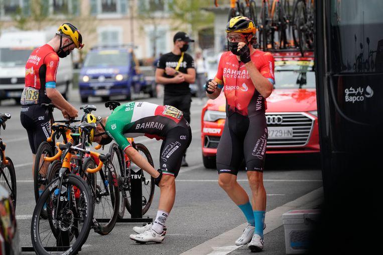 Fred Wright, Sonny Colbrelli en Marco Haller van Team Bahrain-Victorious maken zich klaar voor de achttiende etappe in de Tour. Beeld AP