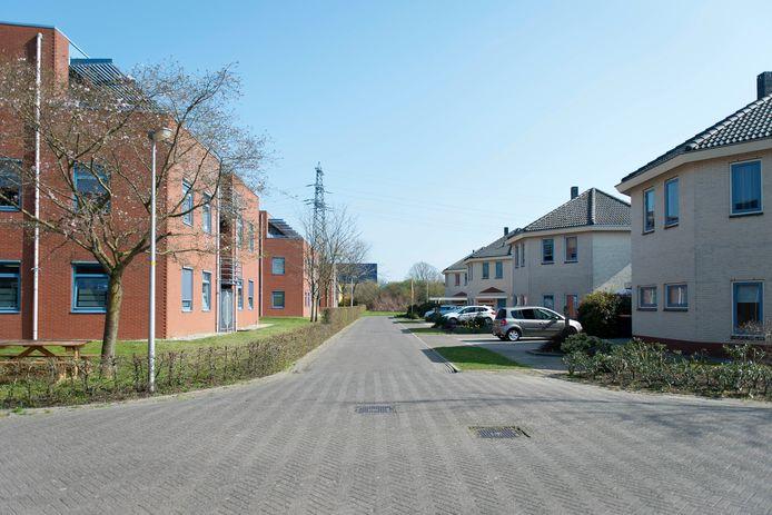 Een van de drie kantoorpanden aan de Hunneperweg (links) wordt omgebouwd tot beschermdwonen-project. Rechts de dichtsbijzijnde huizen van de wijk Snipperling.