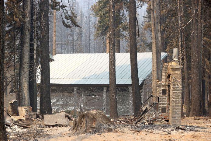 Wat niet ingepakt wordt, valt ten prooi aan de vlammen. Het huis bleef gespaard.