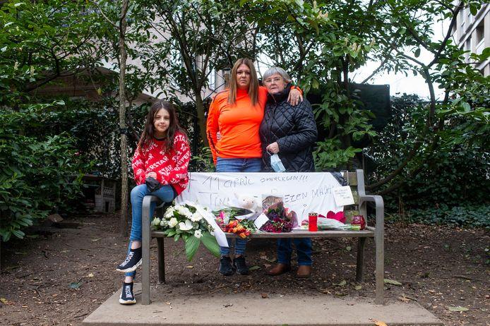 Kattenmadam Tinneke Verdonck is overleden aan corona. Haar kleindochter Chelsea en haar dochters Lesley en Maria aan het bankje waar ze altijd zat.