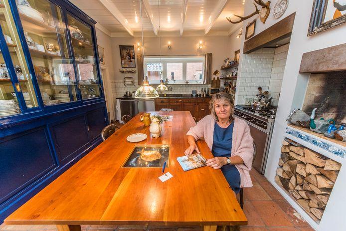 Floor Bakx Joosten serveert het ontbijt meestal aan deze grote houten tafel waar genoeg plek is voor de gasten.