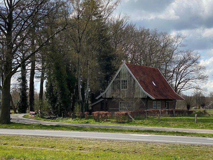 Voormalige stal op de hoek van de Grote Bavenkelsweg en de Drienemansweg in Almelo wordt een vakantiewoning.