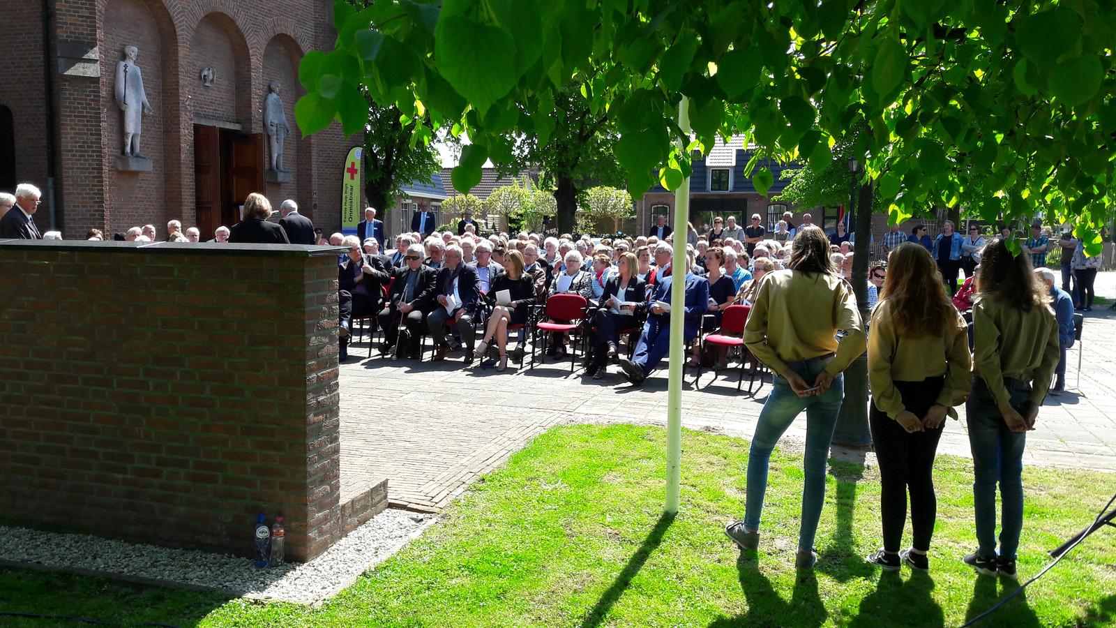 De dodenherdenking bij het monument in Ewijk.
