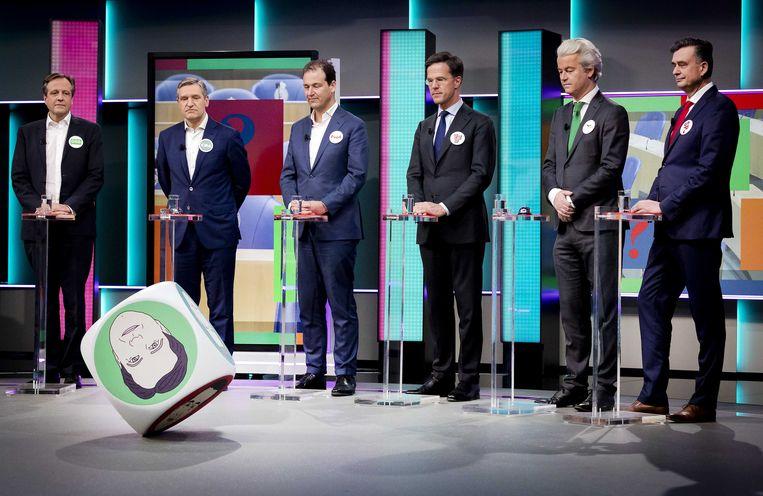 Lijsttrekkers Alexander Pechtold (D66), Sybrand van Haersma Buma (CDA), Lodewijk Asscher (PvdA), Mark Rutte (VVD), Geert Wilders (PVV) en Emile Roemer (SP) tijdens de politieke spelletjesavond van het NOS Jeugdjournaal.  Beeld ANP