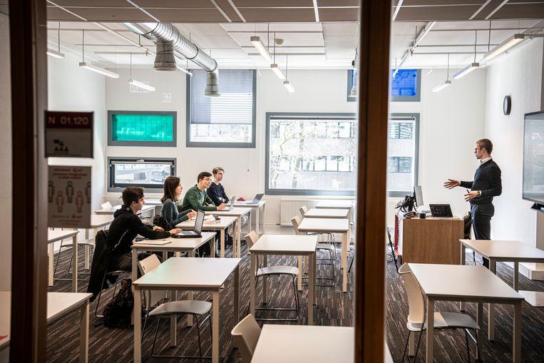 Een aantal Nijmeegse studenten mag bij wijze van proef alweer fysieke colleges volgen. Beeld Koen Verheijden