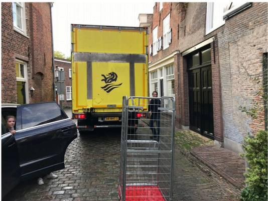 Overlast door vrachtverkeer in de Drietrompetterstraat in de vesting Heusden.