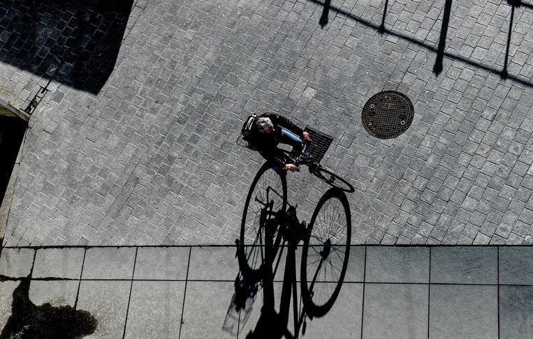 Een man op de fiets in Berlijn, gisteren.