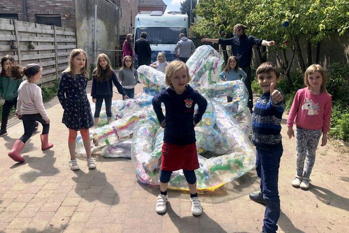 Aan het einde van de kunstweek maakten de leerlingen van Ervaringsgerichte school De Weide in Erpe samen met kunstenaarsduo VanRoelink een 'blow-up' van plasticafval.
