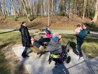 Nieuwe picknickbanken in Raemdonckpark vallen in de smaak