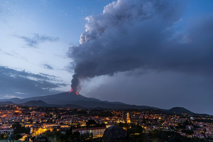 Un grand panache de fumée s'échappe du cratère en éruption de l'Etna, le plus grand volcan actif d'Europe, à Pedara, près de Catane, dans le sud de l'île italienne de Sicile, le jeudi 24 juin 2021. Depuis le 16 février 2021, l'Etna a entamé une série d'épisodes éruptifs spectaculaires.
