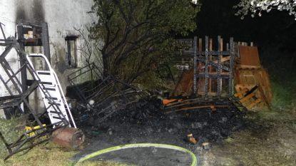 Grote stapel hout en paletten in brand
