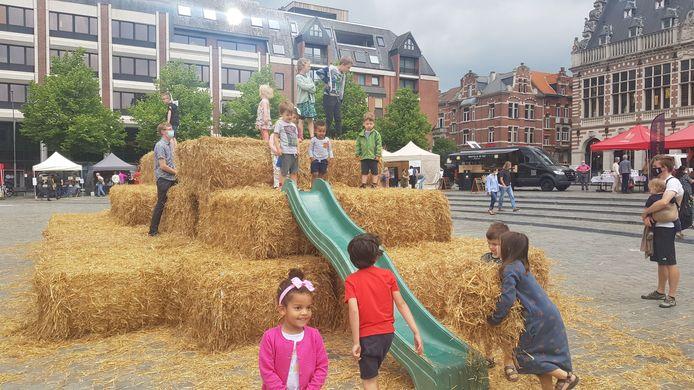 De kleinsten konden zich uitleven op een grote stroberg in het midden van het Ladeuzeplein.