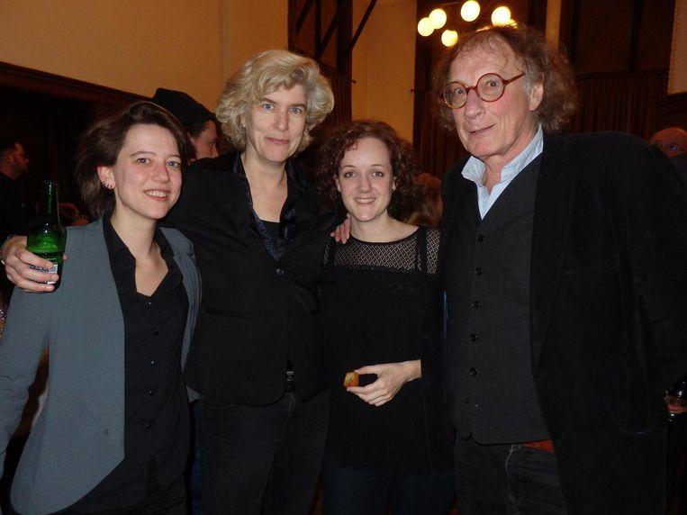 Organisatoren Roos van Rijswijk, Daphne de Heer en Esther Kuijper, en schrijver/spreker Thomas Verbogt. Eén van hen is de Hans Klok van de boekenwereld, wie? Beeld Schuim