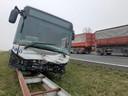 De bus is half op de vangrail in het midden van de A58 terechtgekomen.