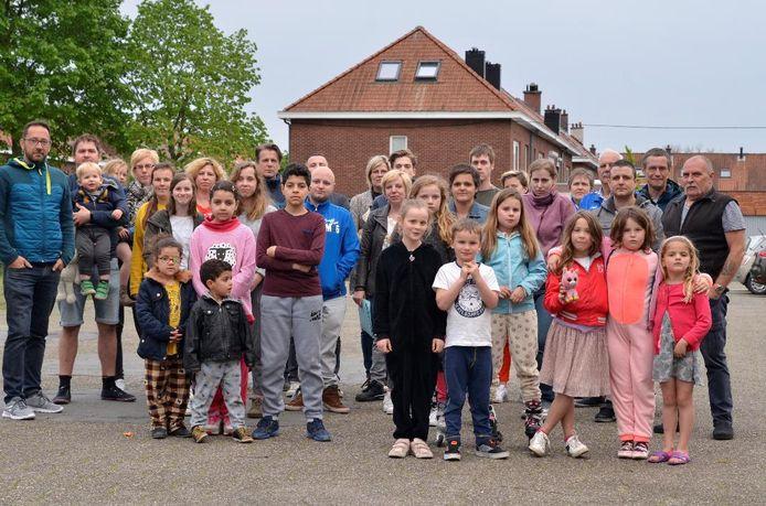 De buurtbewoners vrezen dat het plein, een ontmoetingsplek voor jong en oud, zal verdwijnen.