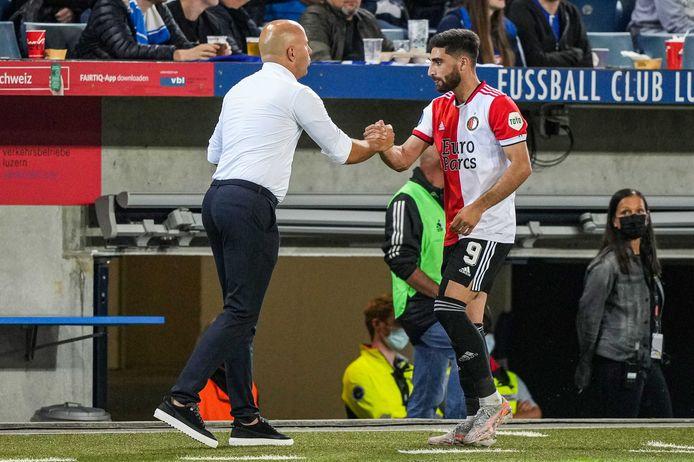 Feyenoord coach Arne Slot (l) samen met Alireza Jahanbakhsh.