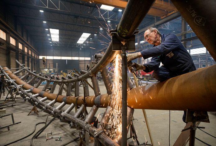 De bouw van de nieuwe Python voor de Efteling bij CSM Steelstructures in Hamont-Achel.Foto: Joyce van Belkom