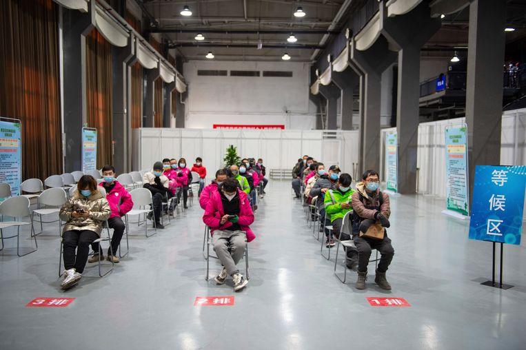 In Beijing wachten mensen al om gevaccineerd te worden.  Beeld AP