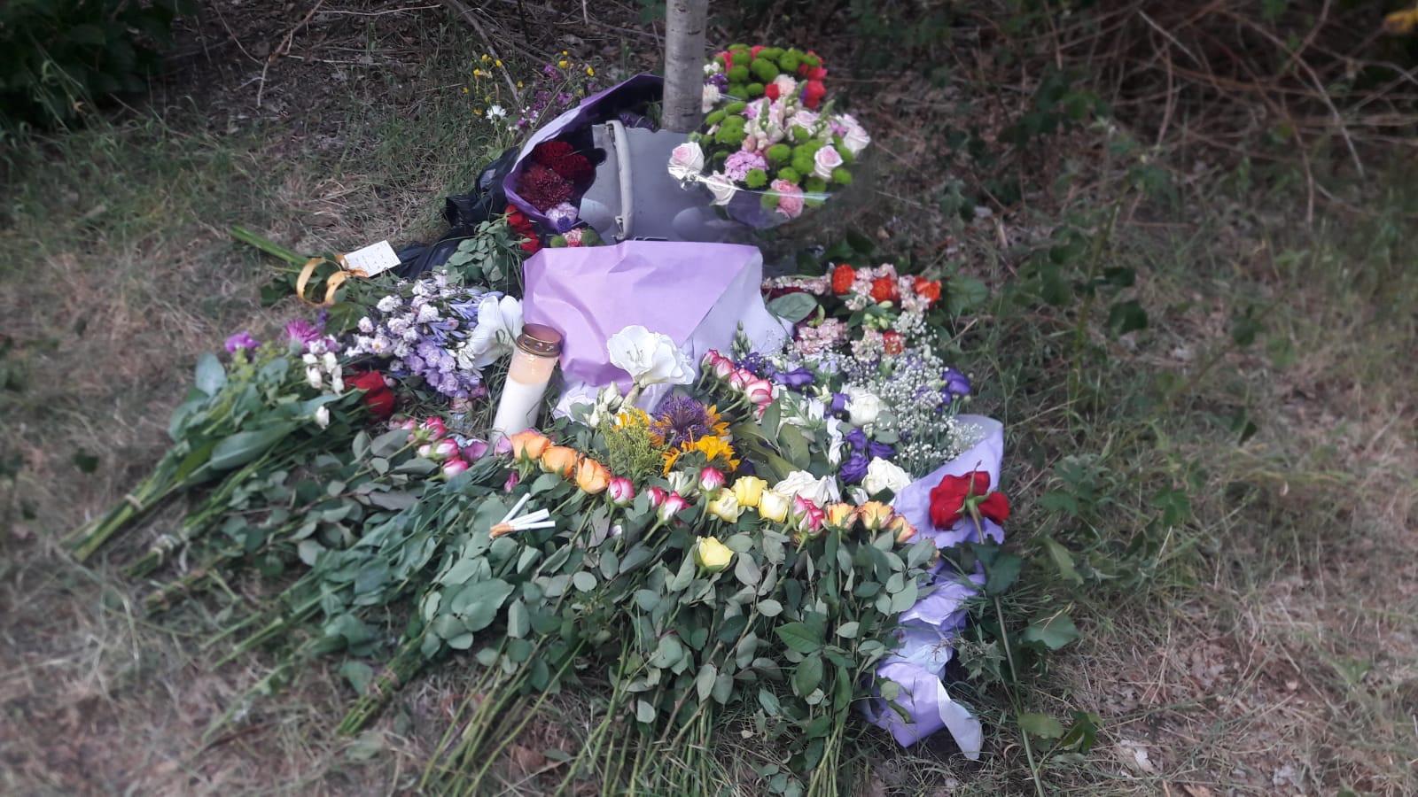 Bloemen op de plaats van het dodelijke ongeluk.