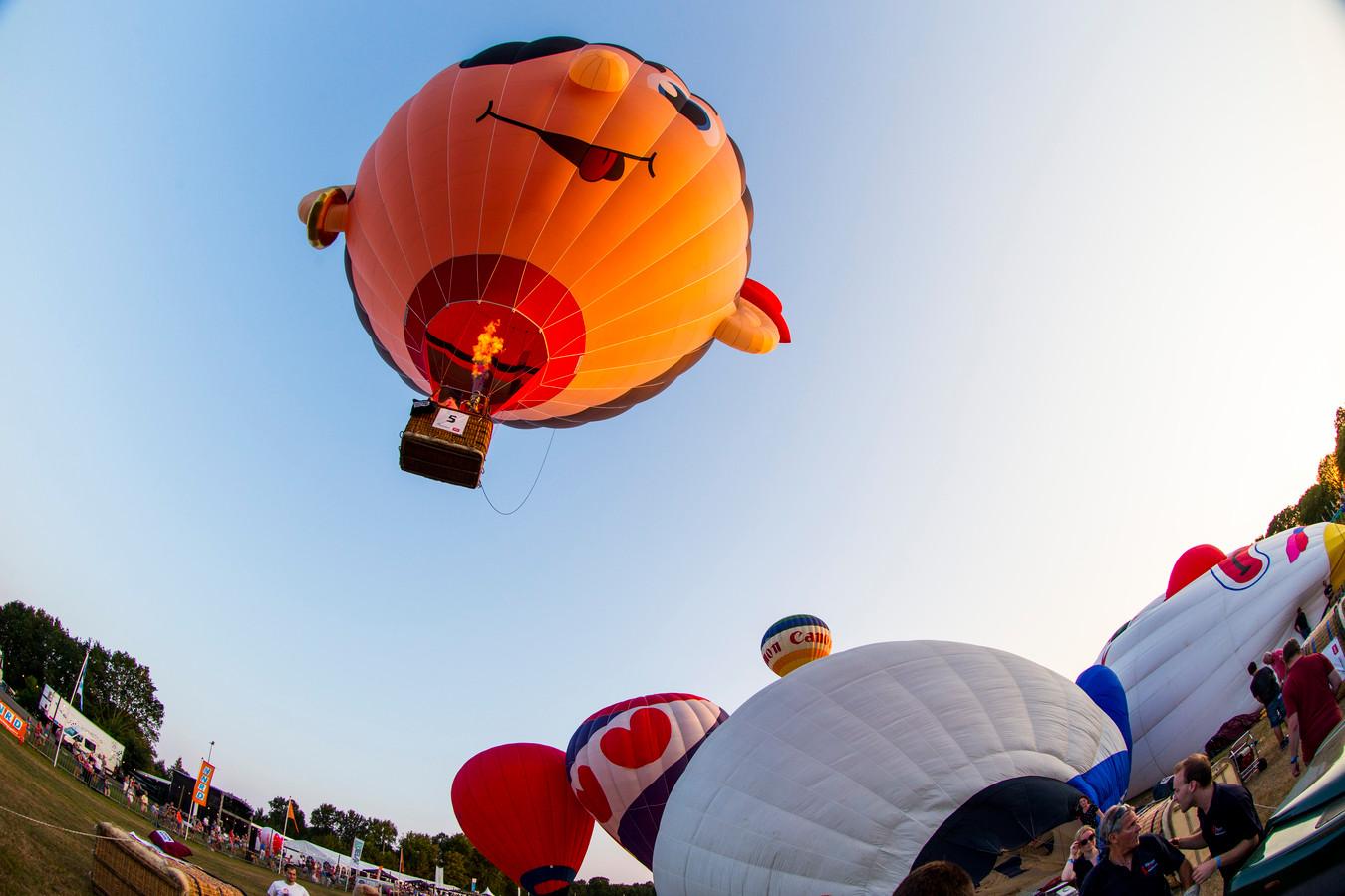 Een heteluchtballon stijgt op tijdens de 33e editie van de Ballonfeesten.