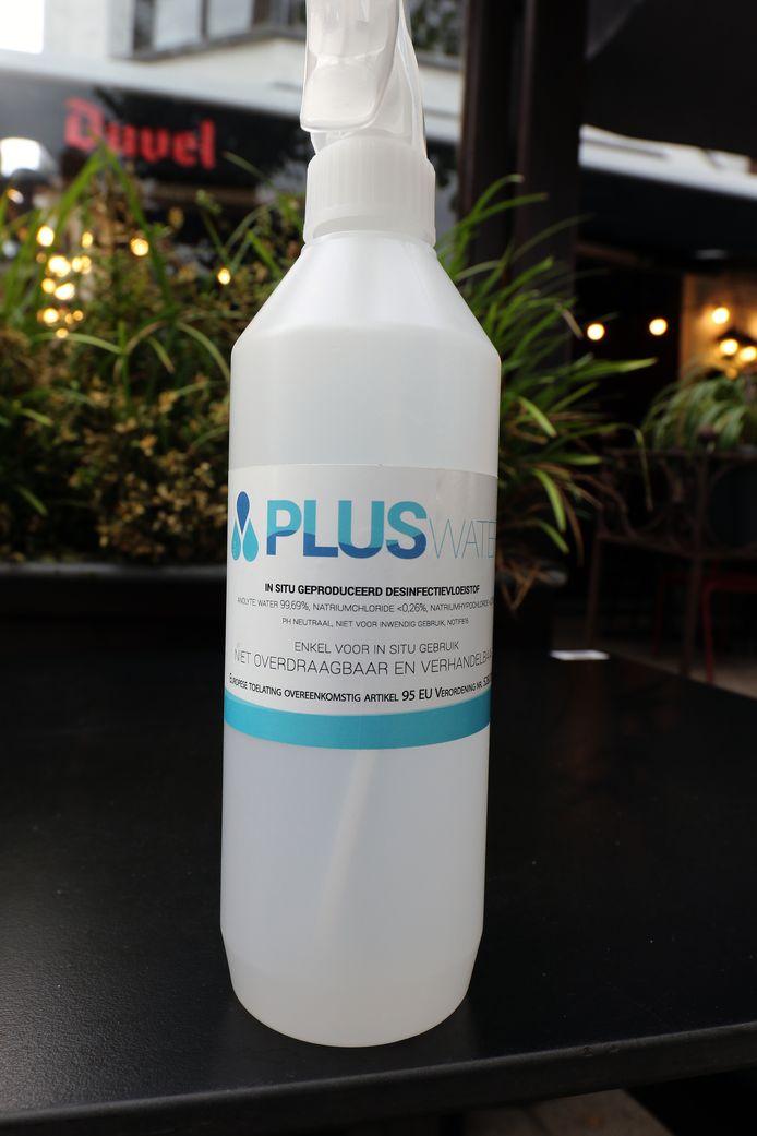 Een flesje PLUS-water.