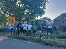 Groep jongeren herdenkt hun aan tragisch ongeval overleden maatje met vuurwerk in Numansdorp