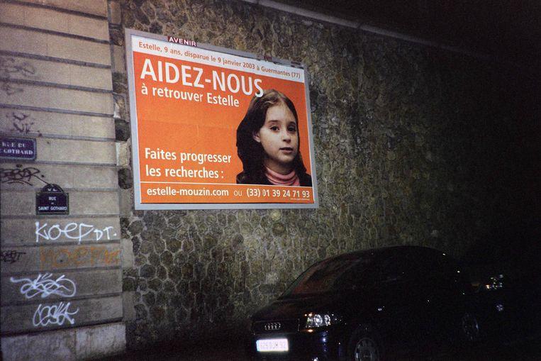 Een poster uit 2003 roept om om informatie over de verdwenen Estelle Mouzin door te geven. Beeld AFP