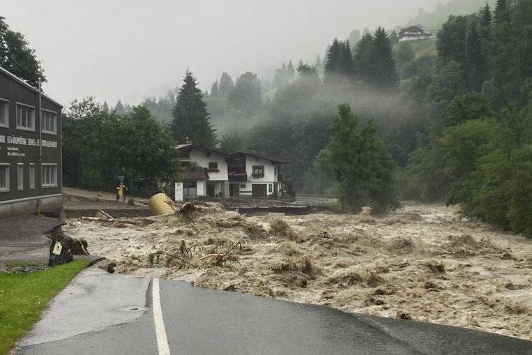 In het dorp Kelchsau in Oostenrijk spoelde een straat weg. Beeld AFP