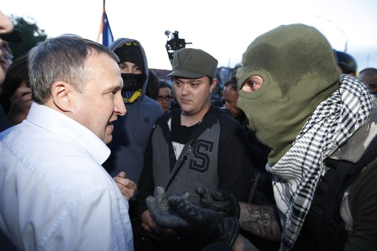 De Oekraïense minister Desjtsjitsa in gesprek met rebellen tijdens het protest voor de Russische ambassade. Beeld BELGA
