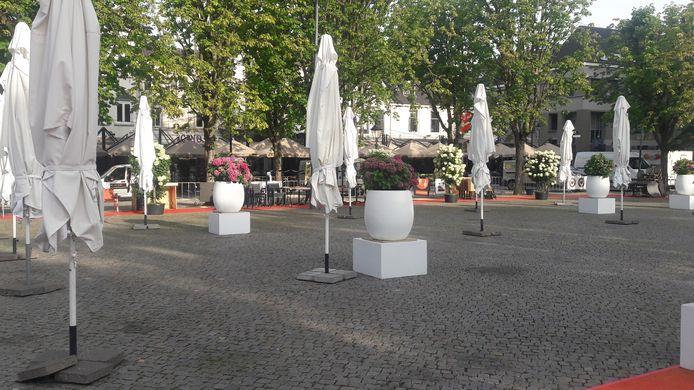 Terrasstoelen op de Parade moesten opzij om onkruid te bestrijden.