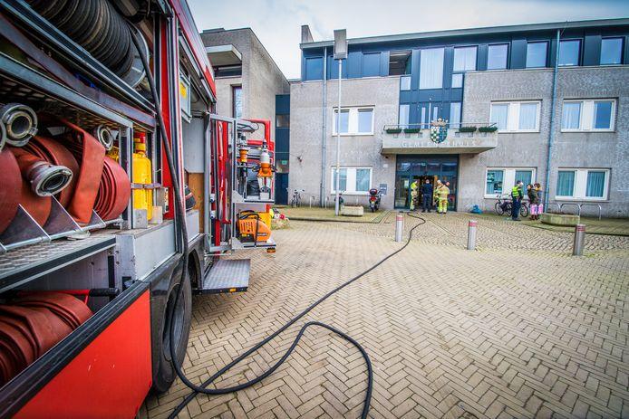 De brandweer inspecteert het gemeentehuis in Malden nadat een persoon zich er maandagmiddag heeft overgoten met een brandbare vloeistof.