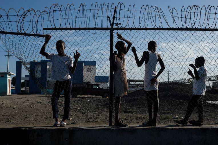 Jongeren in de verarmde en onveilige hoofdstad Port-au-Prince. Beeld AP