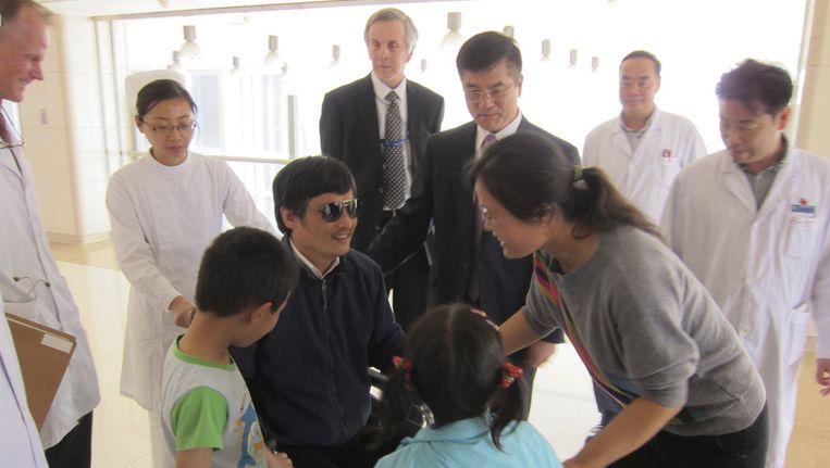 Chen Guangcheng ontmoet zijn vrouw Yuan Weijing, dochter Chen Kesi, en zoon Chen Kerui in een ziekenhuis in Beijing Beeld ap