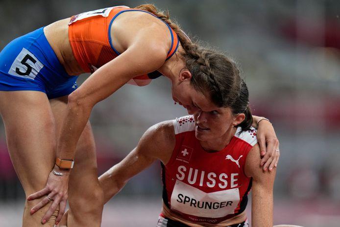 Femke Bol vraagt de Zwitserse Lea Sprunger gewoon even hoe het met haar gaat.