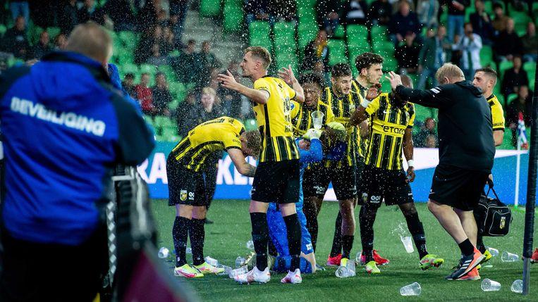 Spelers van Vitesse worden in de Euroborg bekogeld met bierbekers tijdens de eredivisiewedstrijd tegen FC Groningen woensdagavond.  Beeld ANP