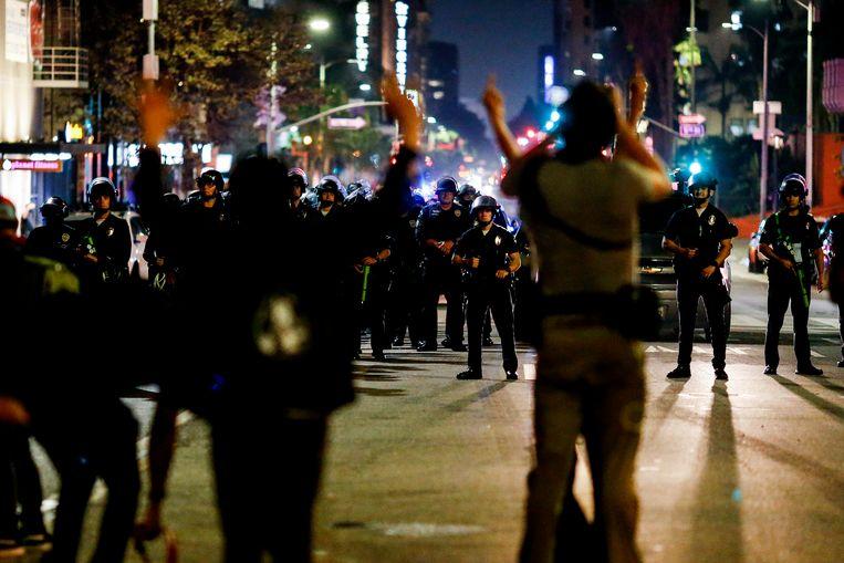 De politie van Los Angeles blokkeert een straat. Beeld AP