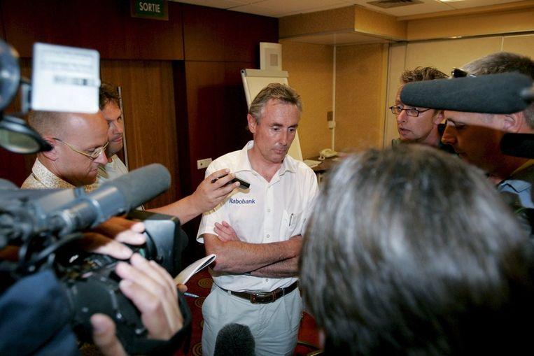 Voormalig ploegleider Theo de Rooij tijdens de Tour de France van 2007, waar Rasmussen als drager van de gele trui door Rabobank naar huis werd gestuurd. Beeld epa