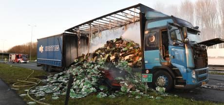 Vrachtwagen met verpakkingsmateriaal in lichterlaaie op A27