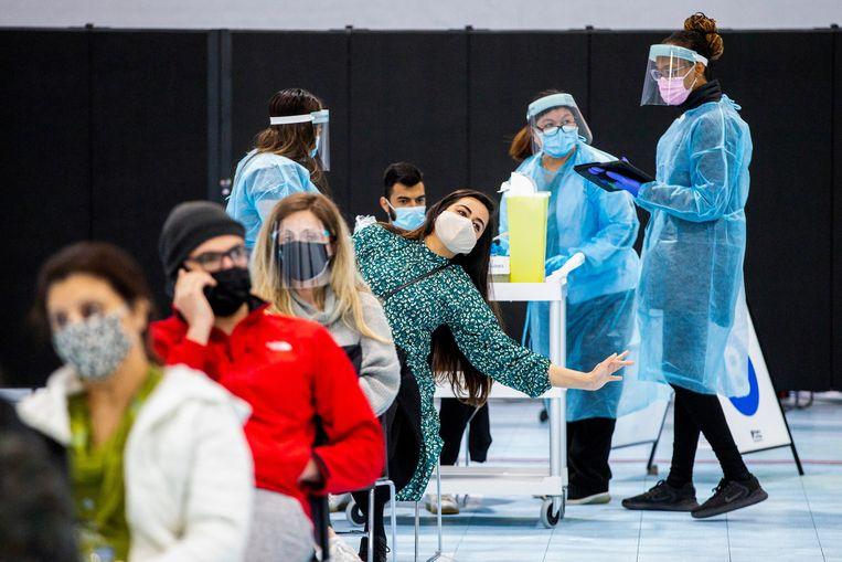 In het Canadese Ontario wachten zorgmedewerkers op hun vaccin.  Beeld Reuters