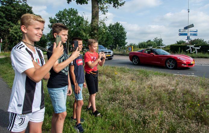 Liam Bos, Lyam Kamperman, Keano van Klaveren en Tijn Mulling op de rotonde Beckumerstraat waar zij auto's spotten.